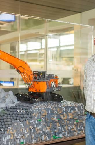 350 uur in de weer met 90.000 steentjes: Tom (45) bouwt tot in detail graafmachines uit LEGO na voor bouwmachinebedrijf