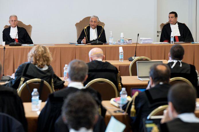De rechtbank van het Vaticaan met voorzitter Giuseppe Pignatone (M), professor en directeur van de Rechten-faculteit van de universiteit van Rome Venerando Marano (L) en professor Strafprocesrecht Carlo Bonzano (R).