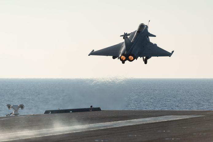 """La France a déployé """"temporairement"""" deux avions de combat Rafale et deux bâtiments de guerre en Méditerranée orientale afin de marquer """"sa volonté de faire respecter le droit international"""", a annoncé Paris."""