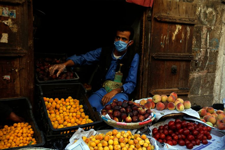 Een marktkoopman in Sanaa, Jemen, beschermt zich met een mondkapje. De kans op een wapenstilstand in Jemen is door de coronacrisis toegenomen. Beeld EPA