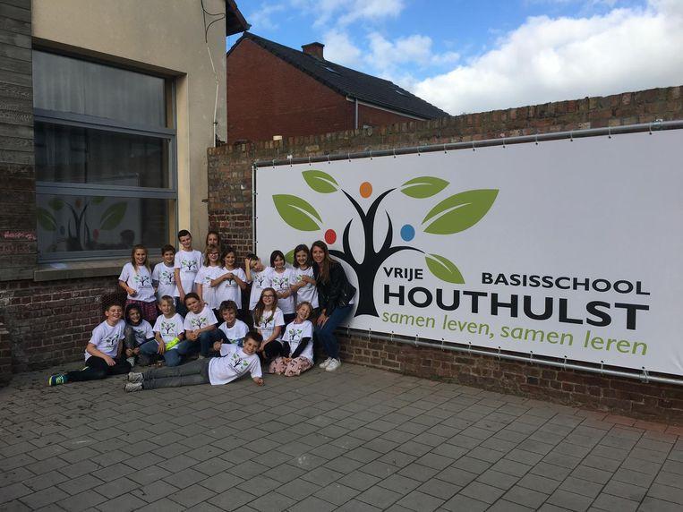 Het vierde leerjaar van juf Agnes bij het nieuwe logo van de Vrije Basisschool Houthulst.