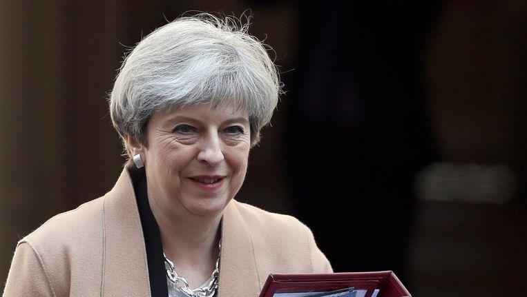 Theresa May verlaat 10 Downing Street op woensdag 19 april Beeld null
