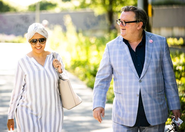 Saadia Ait-Taleb en haar advocaat Richard Korver in juni vorig jaar onderweg naar de rechtbank in Amsterdam. Beeld ANP