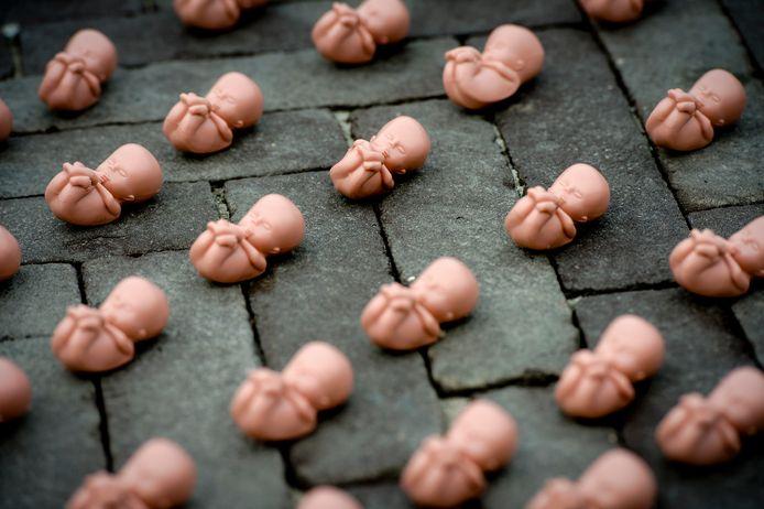 Enkele duizenden plastic foetussen op een plein. Het was een protest van de christelijke organisatie Schreeuw om Leven tegen de vestiging van een abortuskliniek in Houten.