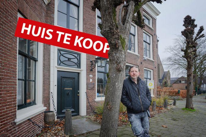 Rob van der Meer voor zijn koopwoning in Oude Wetering.