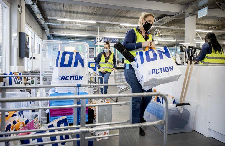 Medewerkers van Action verzamelen bestellingen in de winkel. Beeld ANP