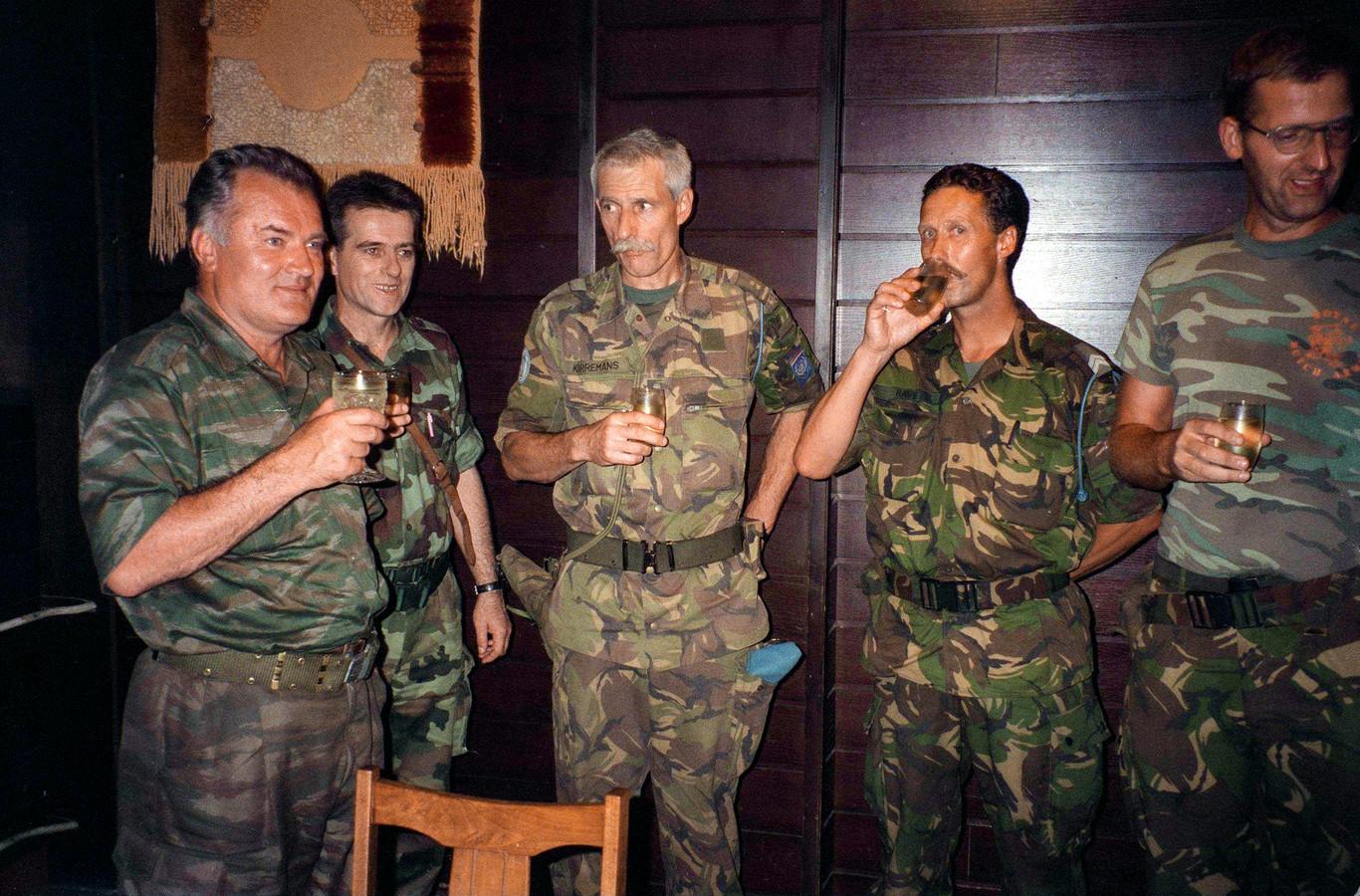 Generaal Ratko Mladic en Dutchbat-commandant Thom Karremans.