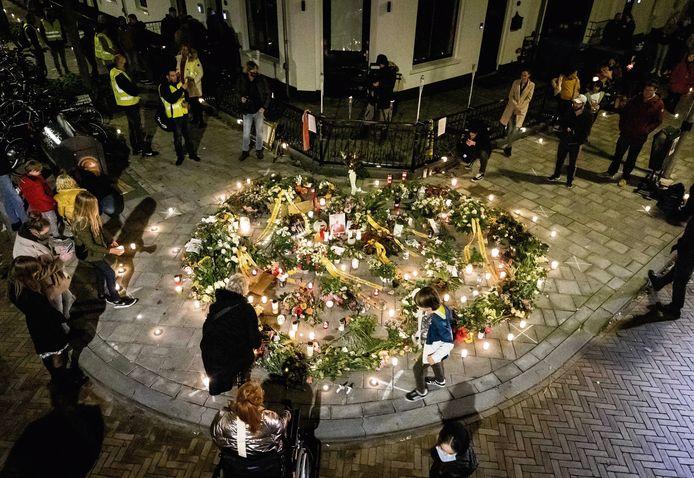 Belangstellenden tijdens de herdenking in november 2020 van Jan Kruitwagen, die door zinloos geweld om het leven kwam. De 73-jarige man werd ernstig mishandeld door vijf jongeren in de Spijkerstraat in Arnhem.