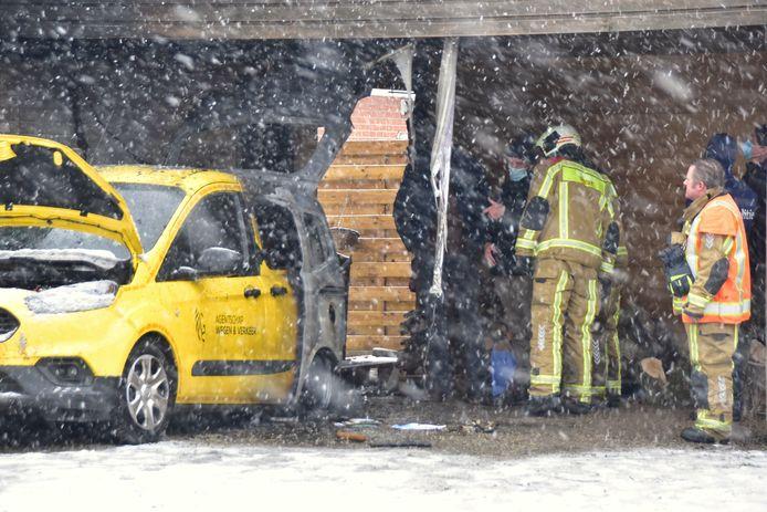 De achterzijde van de dienstwagen van het Agentschap Wegen en Verkeer ging in vlammen op.