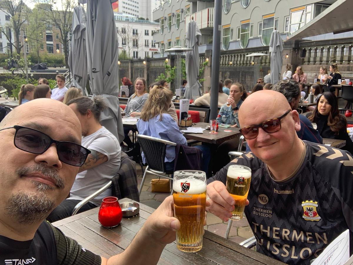 Rolf Elzer (links) en Hippe Scholten vanmiddag op een terras in Rotterdam.
