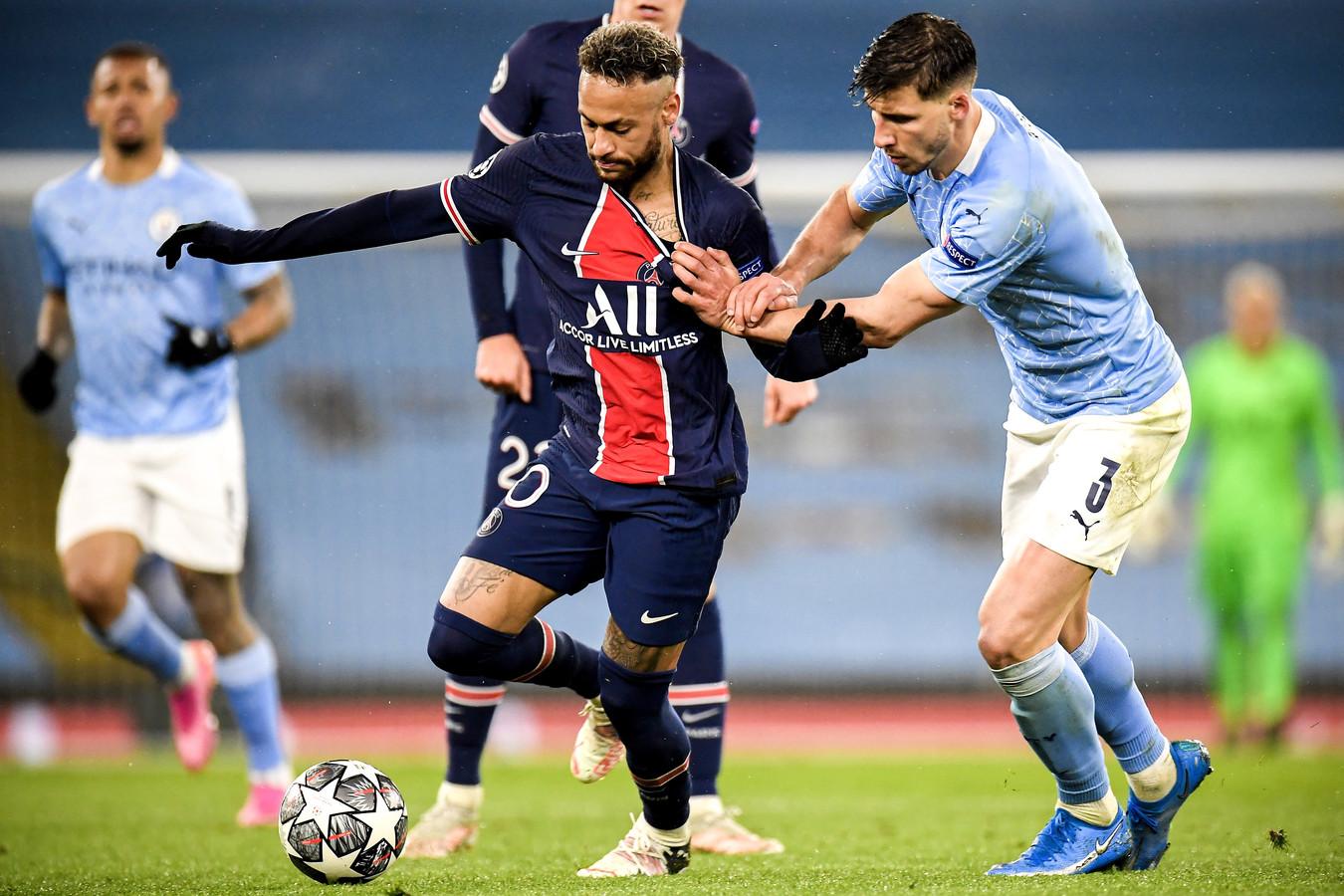 Neymar probeert zich te ontworstelen aan Ruben Dias.