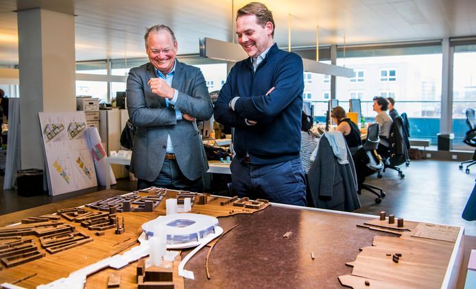Een grote maquette van Feyenoord City staat opgesteld in het kantoor van OMA. Projectdirecteur Frank Keizer (l.) en architect David Gianotten kijken toe.
