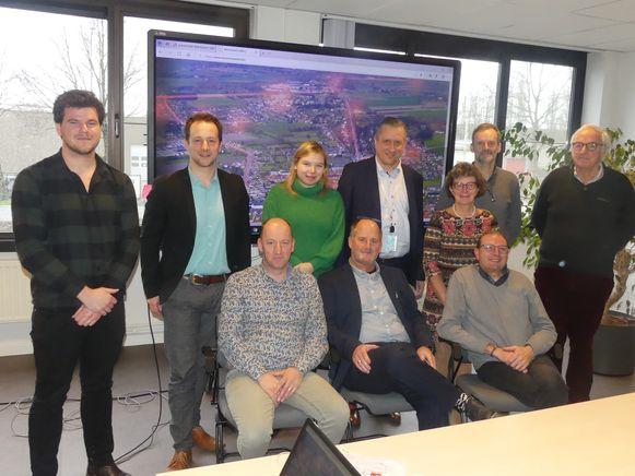 Het stadsbestuur van Eeklo met omgevingsambtenaar Ben Caussyn, Peter De Vylder van Veolia en Jan De Pauw van Ecopower.