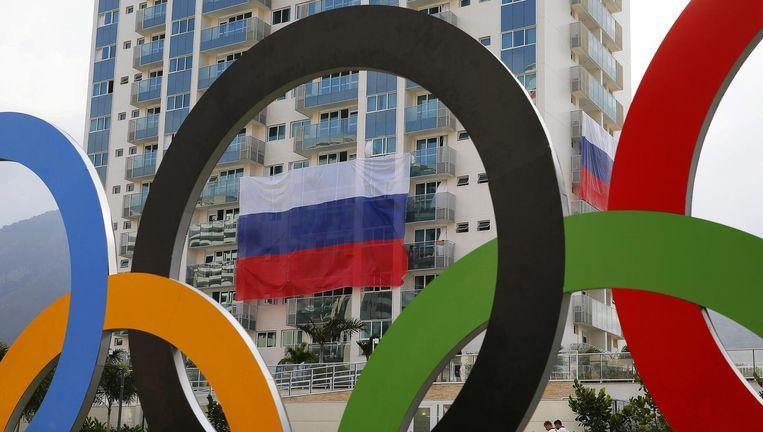 Een Russische vlag hangt aan een balkon in het Olympisch dorp in Rio. Beeld epa