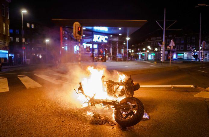Brandstichting nadat een grote groep jongeren de confrontatie heeft gezocht met de politie op de Beijerlandselaan in Rotterdam.