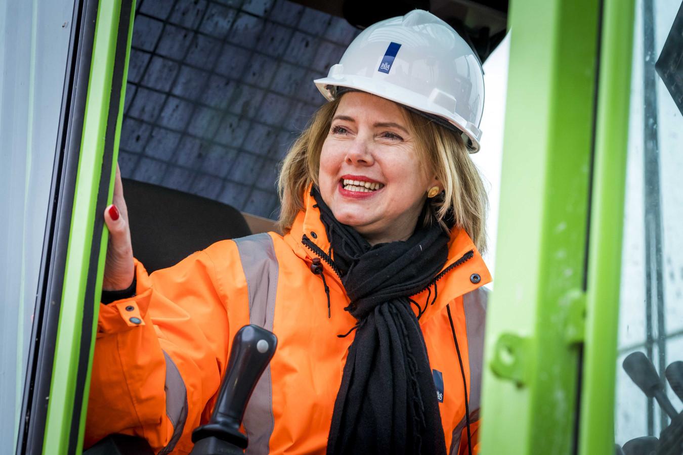 Minister Cora van Nieuwenhuizen van Infrastructuur en Waterstaat bij de start van een verkeersproject