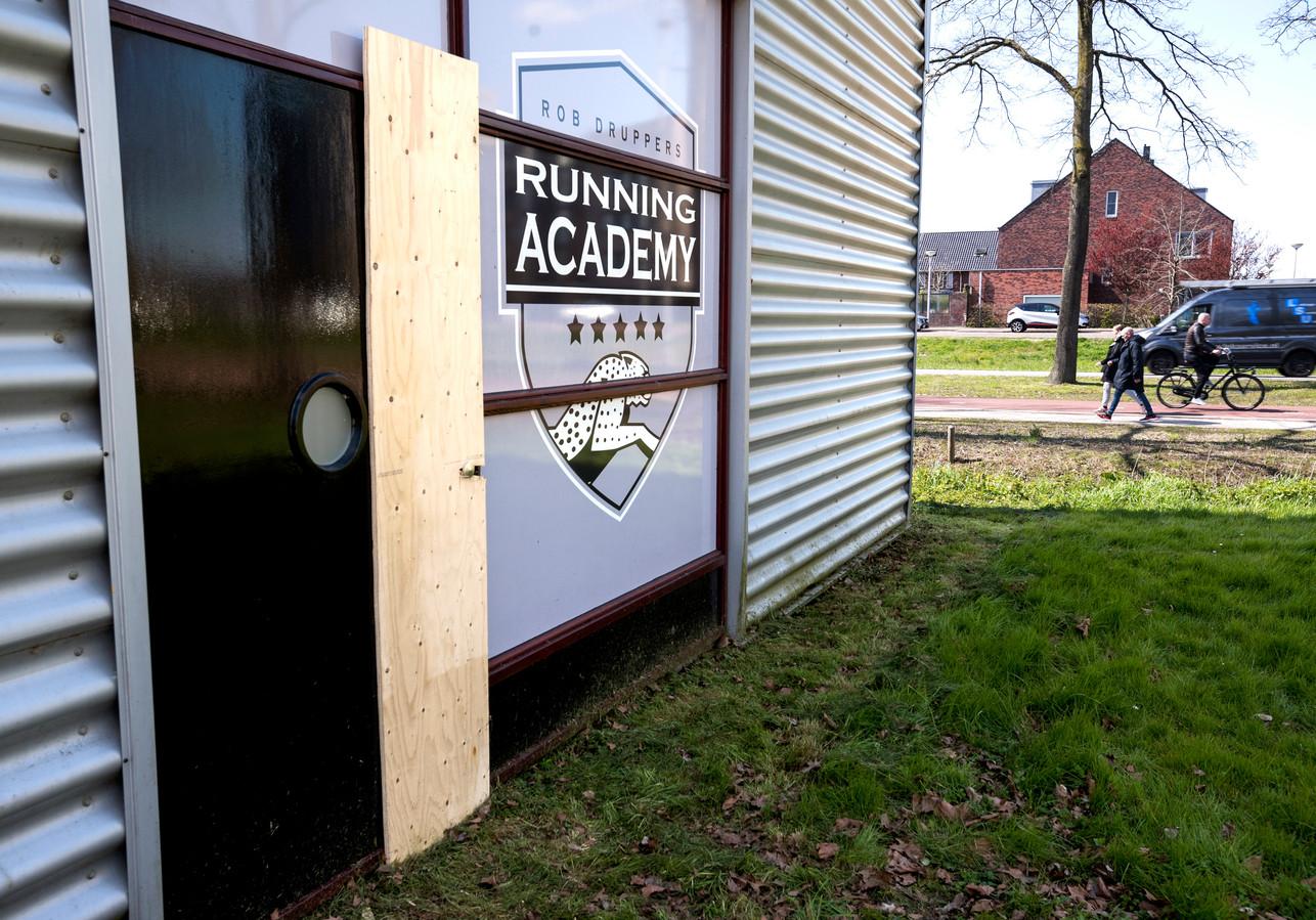 Weer werd er ingebroken bij Rob Druppers Running Academy. De deur waardoor de inbrekers binnenkwamen is provisorisch gedicht.