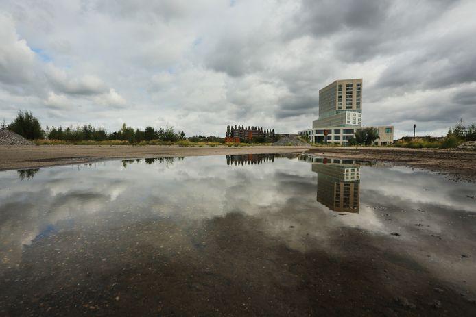 Het terrein van de voormalige suikerfabriek in Breda. Op de achtergrond de rechtbank.