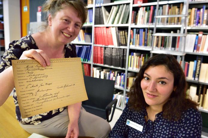Coretta Bakker (links) en Zübeyde Renda van het Streekarchief hopen dat zich veel vrijwilligers melden om de gegevens van bijna 5000 Belgische vluchtelingen online krijgen.