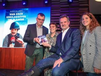 """Eerste exemplaar boek VTM-journalist Patrick Van Gompel is voor ouders van verongelukte Thomas Suys: """"Fijn dat onze zoon niet vergeten wordt, maar het verdriet slijt helaas nooit"""""""