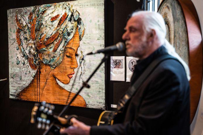 Muzikant en componist Dick van Altena verzorgde voor Galerie 1400 in Slijk-Ewijk een intiem optreden.