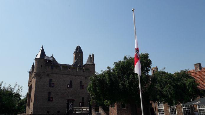 De vlag van Doornenburg hangt donderdag halfstok na het overlijden van Rutger Hauer.