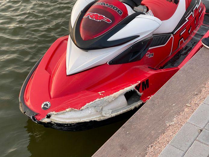 De zwaar beschadigde jetski na de botsing met een speedboot op het Veluwemeer afgelopen donderdagavond  bij Biddinghuizen.