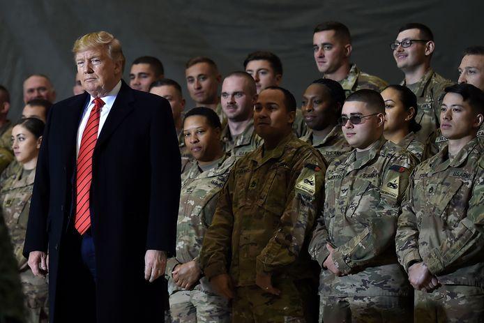 De Amerikaanse oud-president Trump tijdens een verrassingsbezoek aan de Amerikaanse troepen in Bagram in november 2019.