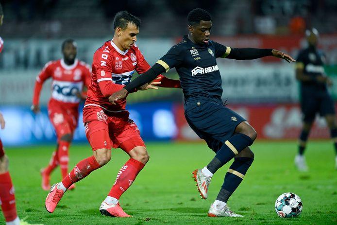 In september 2020 won Antwerp in het Guldensporenstadion. Met publiek zowaar. Trent Sainsbury was er in duel met Bruno Nsimba. De Aussie komt zaterdag weer in de ploeg na zijn schorsingsdag.