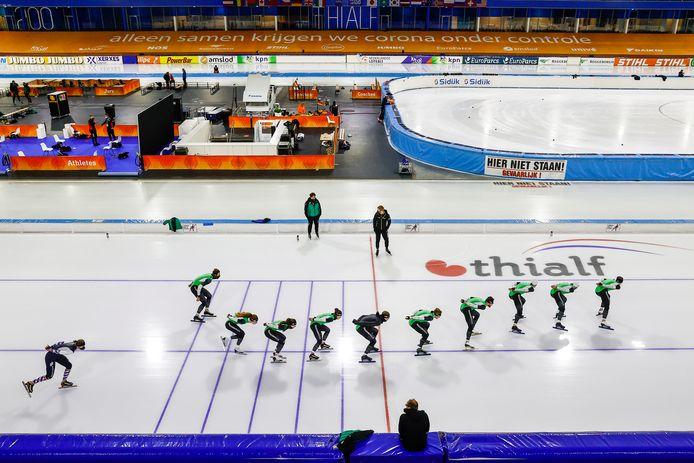 De schaatsers van team Reggeborgh met onder anderen Femke Kok, Kjeld Nuis en Ronald Mulder tijdens een training in Thialf.
