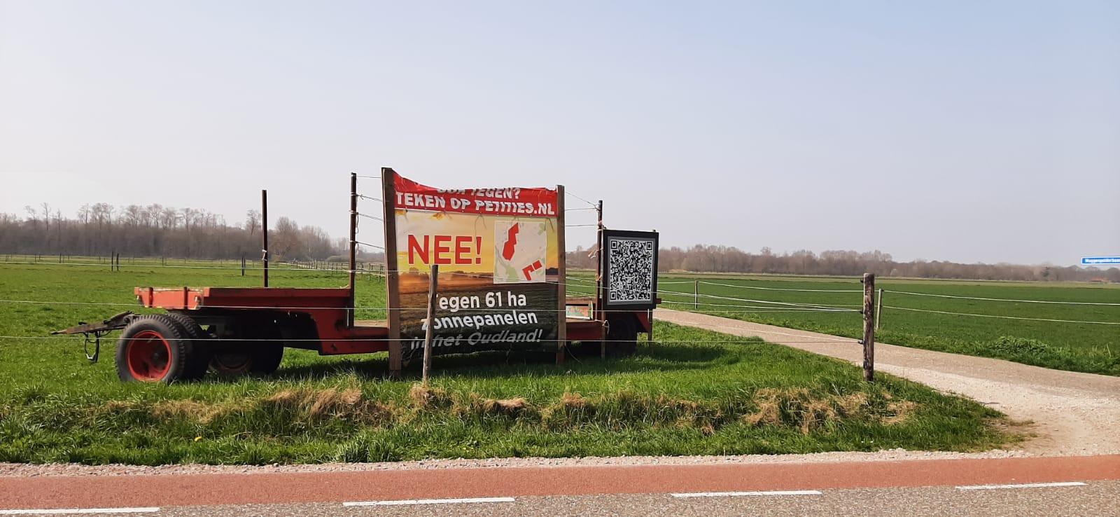 Aan de Moerstraatseweg tussen Moerstraten en Steenbergen stond een tijd lang deze banner met de oproep om de petitie tegen een zonnepark op het Oudland te tekenen.