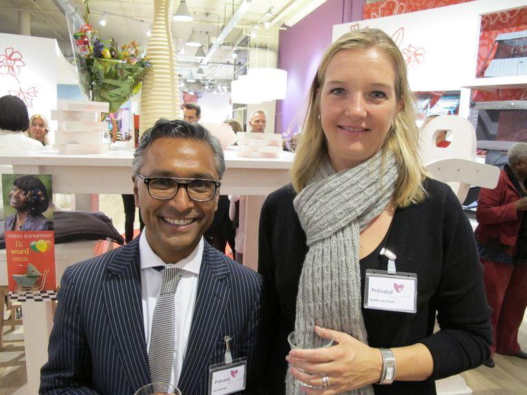 Blij, blij, blij zijn ze bij Prénatal: manager Ad Jahangir en salesmanager Alette van Vliet .<br /> Beeld
