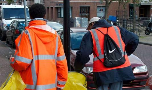 Alcoholverslaafden maken de straat schoon in Amsterdam.