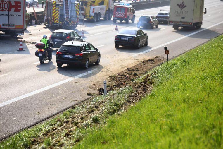 Volgens camera's die boven de snelweg hangen, zwalpte de bestuurder van links naar rechts. Er is onder meer een bandenspoor te zien in de zijberm. Beeld Patrick Vertommen