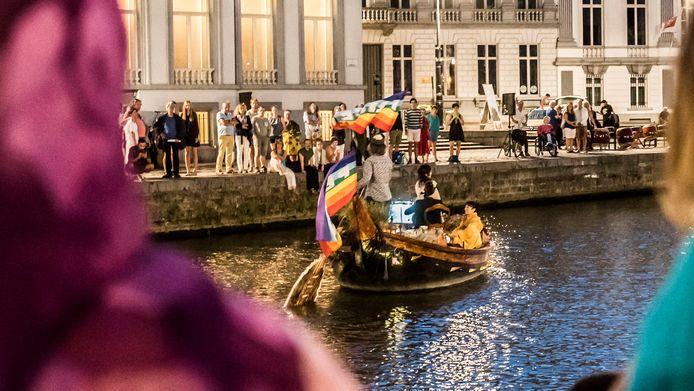 In Gent hebben honderden vredesactivisten zondagavond de kernaanval op Hiroshima en Nagasaki herdacht.