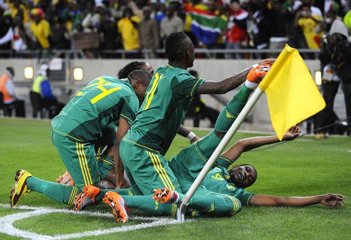 Spelers van Zuid-Afrika bejubelen een treffer uit een strafschop tijdens de nu verdachte wedstrijd tegen Colombia, op 27 mei 2010.