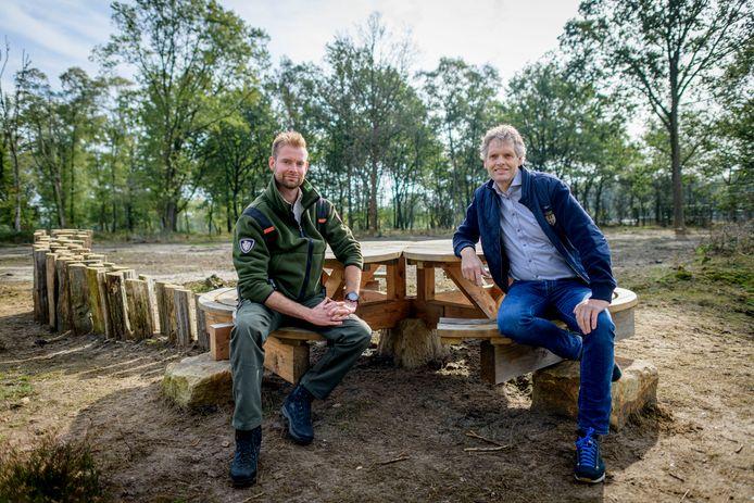 Jeroen Buunen (links) en roc-docent Rob Rouwers bij speciaal zitbankje op grens van Nederland en Duitsland, gemaakt door studenten van het roc.