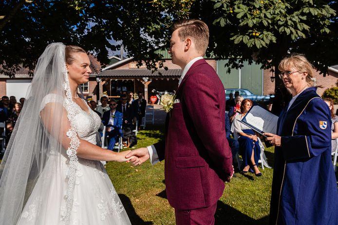 Trouwambtenaar (babs) Monique Moolhuijzen in actie tijdens de trouwerij van Martijn en Jessie in Duiven.