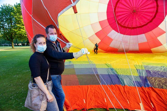 Lynne en Koen Rijkers moesten er vanwege de coronamaatregelen even op wachten, maar maandag mochten ze dan eindelijk mee op een ballonvaart vanuit Eindhoven