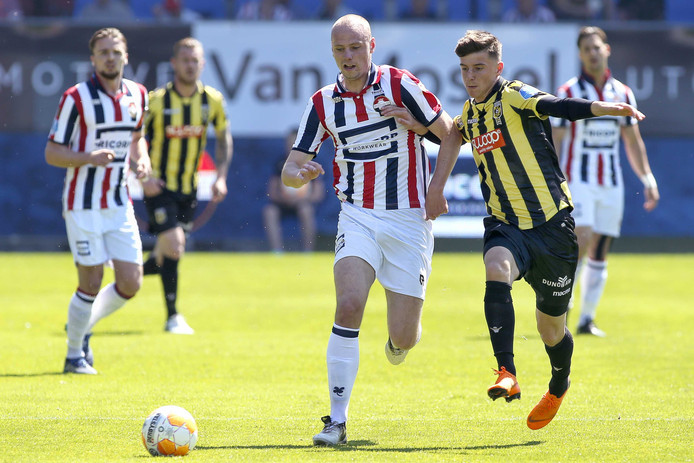 Elmo Lieftink (links, Willem II) in duel met Mitchell van Bergen (Vitesse)