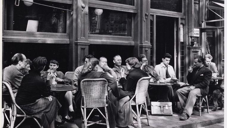 Café Reynders in de vroege jaren vijftig. Aan het interieur is weinig veranderd. Aan de prijzen en clièntele wel. Beeld Cas Oorthuys