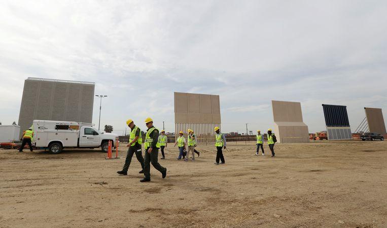 Verschillende prototypes van Trumps muur op de grens met Mexico. Beeld AP