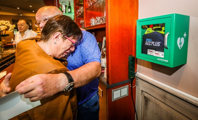 Een emotioneel moment voor Christa Merckx, de echtgenote van Fons.