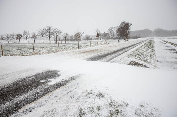 Door de combinatie van sneeuw en harde wind ontstaan er sneeuwduinen op de weg. Het Kompas in Anna Jacobapolder is er een aantal dagen slecht bereikbaar door.