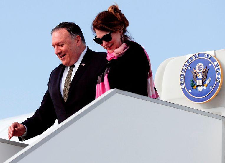 Minister van Buitenlandse Zaken Mike Pompeo en zijn echtgenote Susan komen aan in Praag.