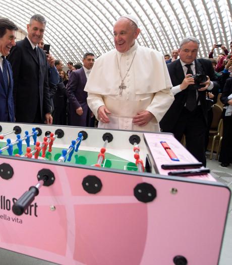 Paus bekritiseert overdreven salarissen voetballers