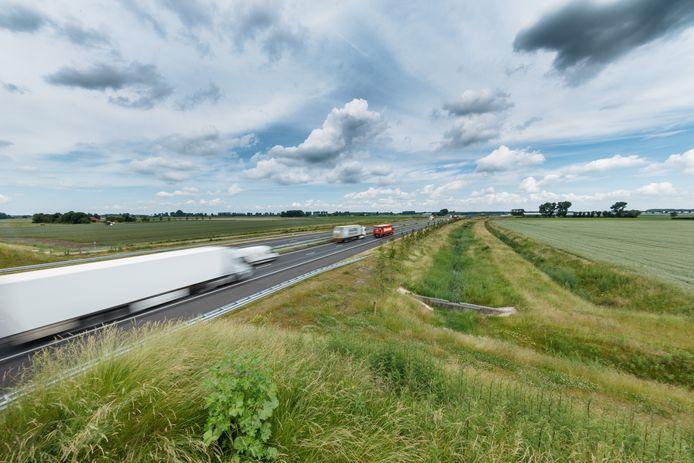 De A4 Zuid in de richting van Rotterdam gezien. Hier ergens naast de weg in de nog kale polder zou een hotel moeten komen.