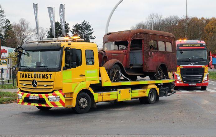 Aankomst in Weelde van de colonne oude brandweerwagens.