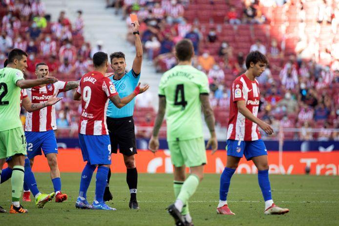 João Felix (r) krijgt een rode kaart.