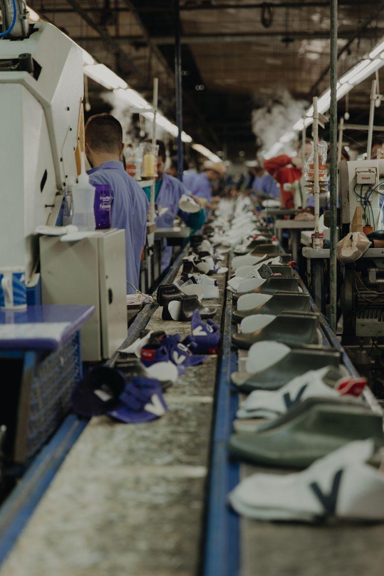 Werknemers in de Veja-fabriek verdienen bijna de helft meer dan hun landgenoten die hetzelfde soort werk doen. Beeld Charlotte Lapalus